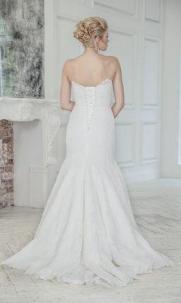 Ажурное свадебное платье облегающего кроя с юбкой силуэта «рыбка» и фигурным лифом.