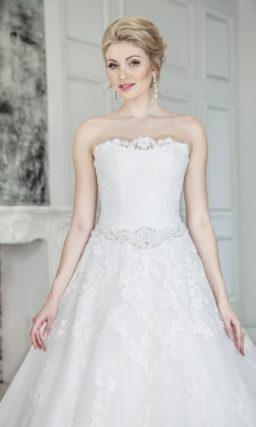 Открытое свадебное платье пышного силуэта с декором из кружева по всей длине.