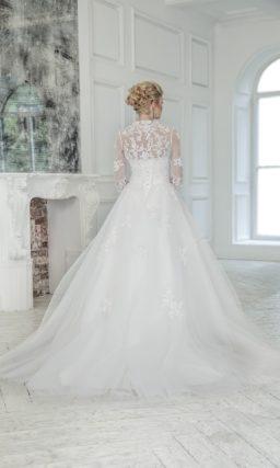 Пышное свадебное платье с широким сверкающим поясом и кружевным болеро.