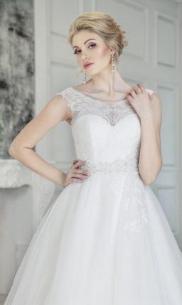 Свадебное платье с кружевной отделкой