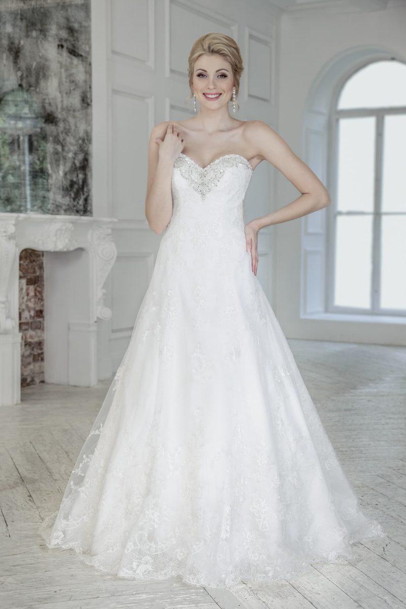 Свадебное платье «принцесса» с полупрозрачной верхней юбкой и бисерной отделкой лифа.