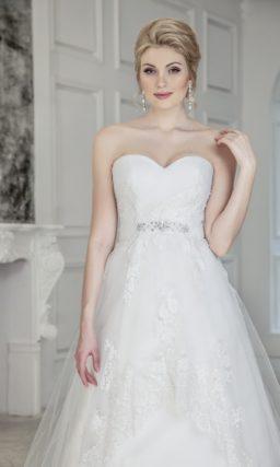 Изящное свадебное платье А-силуэта с кружевным декором и широким поясом.