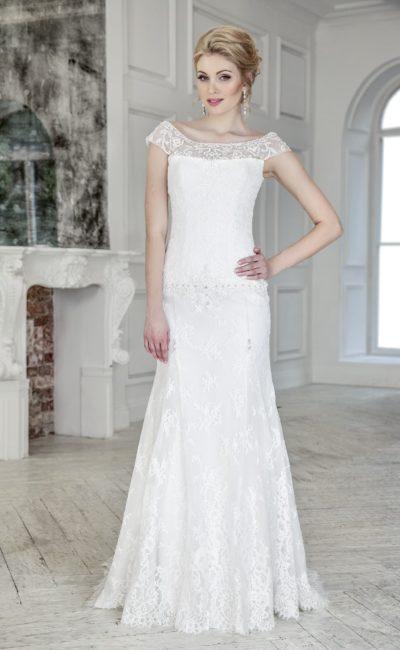 Прямое свадебное платье с вырезом «замочная скважина» сзади и кружевным декором.
