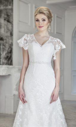 Кружевное свадебное платье с рукавами-крылышками и открытой спинкой.