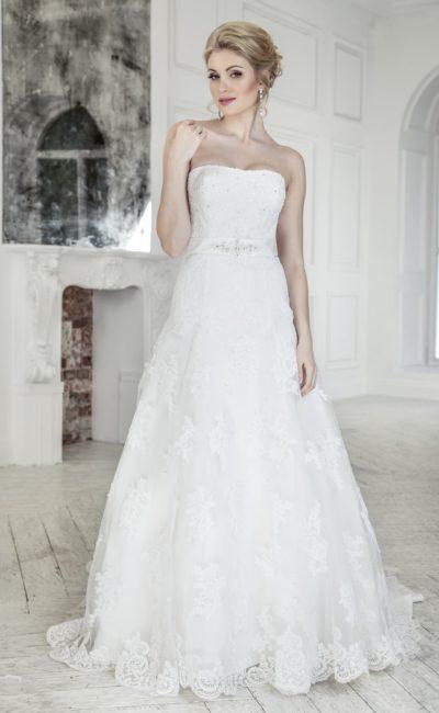 Открытое свадебное платье с широким атласным поясом.