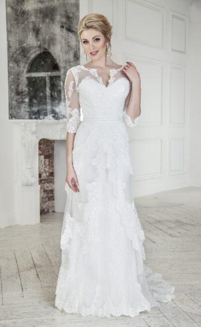 Прямое свадебное платье с оборками на юбке и длинными кружевными рукавами.