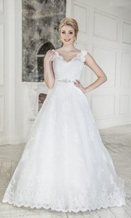Кружевное свадебное платье «принцесса» с V-образным декольте и атласным поясом.