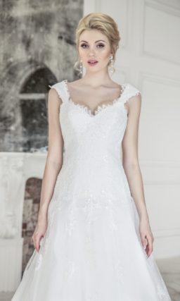 Свадебное платье с широкими бретелями и открытой спинкой.