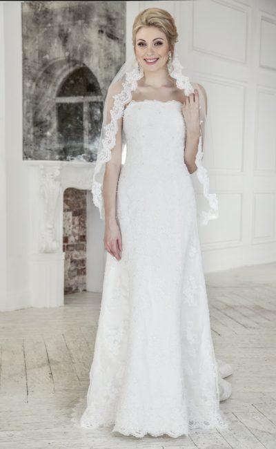 Прямое свадебное платье с открытым лифом и роскошным длинным шлейфом с кружевом.