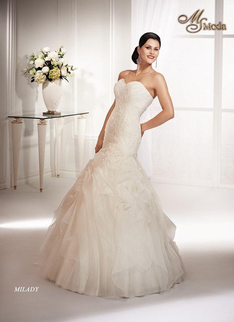 Открытое свадебное платье соблазнительного силуэта «рыбка» с отделкой фактурной тканью.