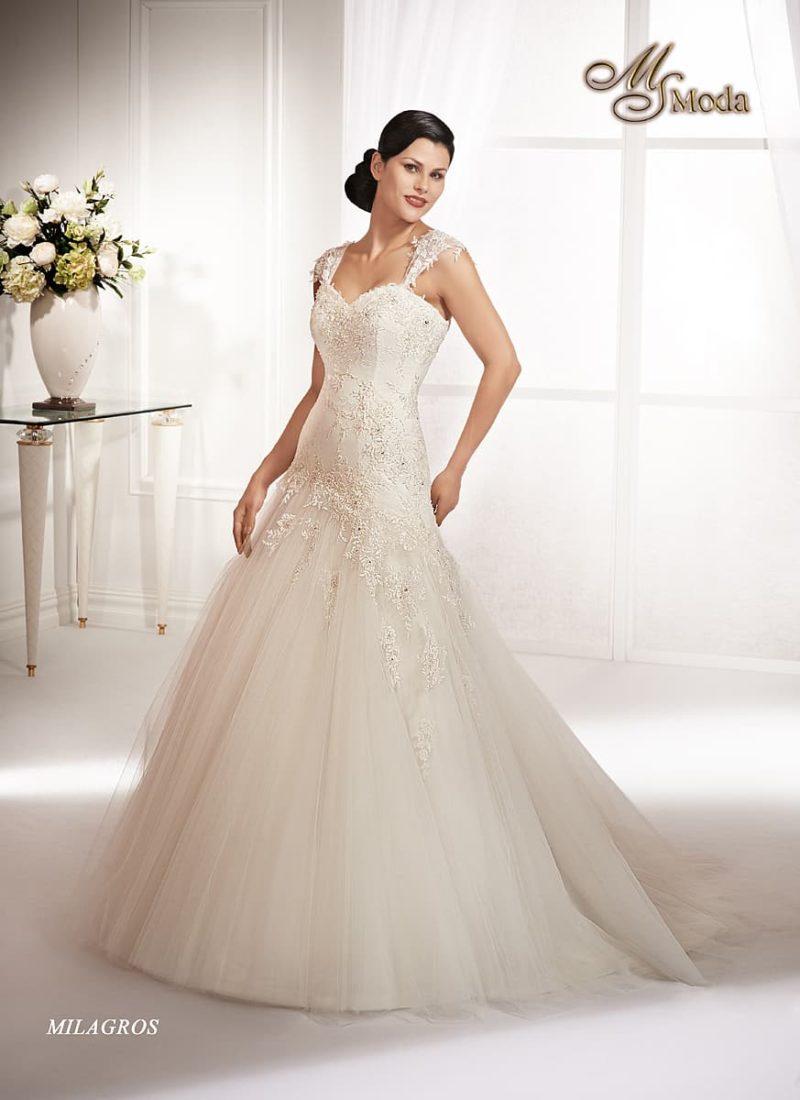 Свадебное платье силуэта «принцесса» с заниженной линией талии и широкими бретелями.