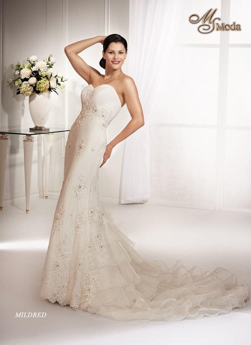 Свадебное платье силуэта «рыбка» с длинным пышным шлейфом и вышивкой по корсету.