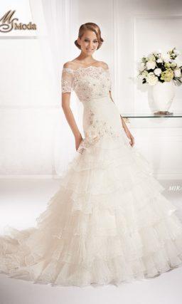 Романтичное свадебное платье «рыбка» с юбкой со шлейфом и короткими рукавами.