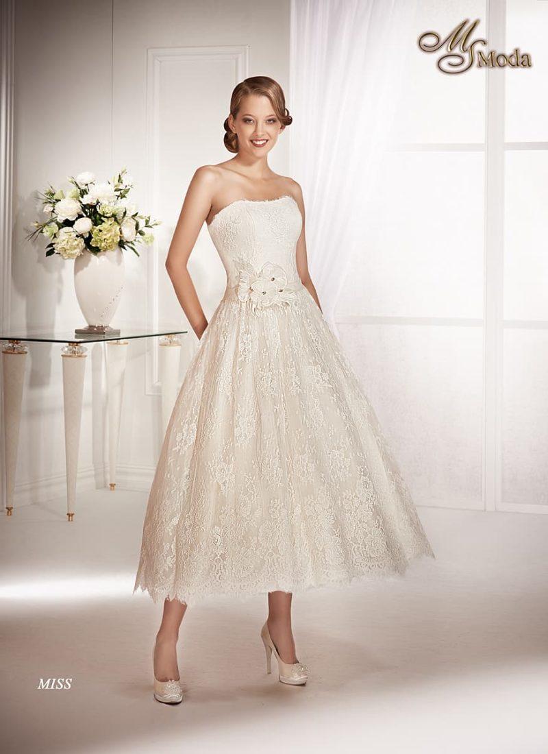Короткое свадебное платье с кружевной юбкой и объемной отделкой на поясе.