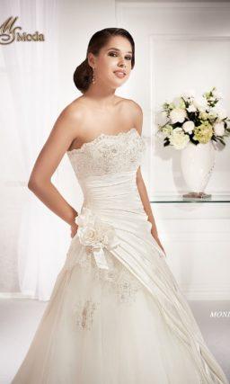 Стильное свадебное платье силуэта «принцесса» с декором из фактурных драпировок ткани.