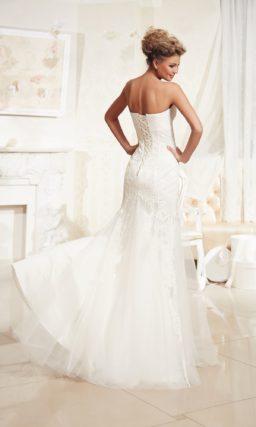 Кружевное свадебное платье прямого силуэта с разрезом сбоку на подоле и завышенной талией.