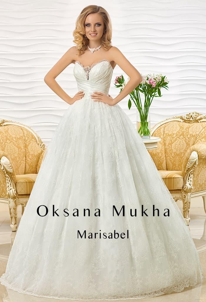 Пышное свадебное платье с глубоким декольте, по краю оформленным прозрачным кружевом.