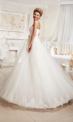 Открытое свадебное платье силуэта «принцесса» с атласным поясом на талии.
