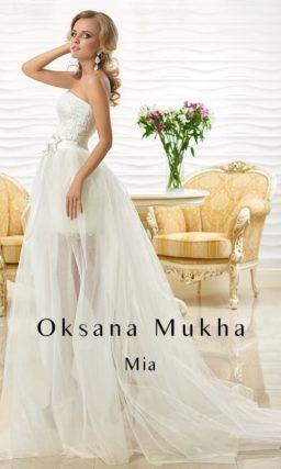 Соблазнительное свадебное платье длиной до середины бедра с прозрачной верхней юбкой.