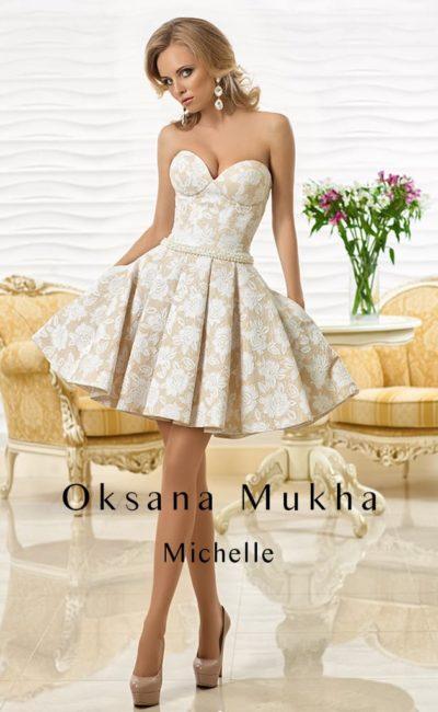 Короткое свадебное платье из бежевой ткани с белым ажурным узором, с пышной юбкой и узким поясом.