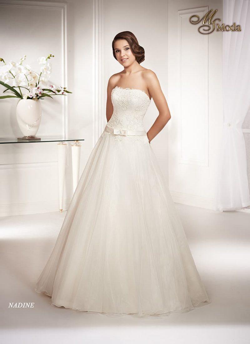 Свадебное платье с силуэтом «принцесса», открытым лифом прямого кроя и поясом.