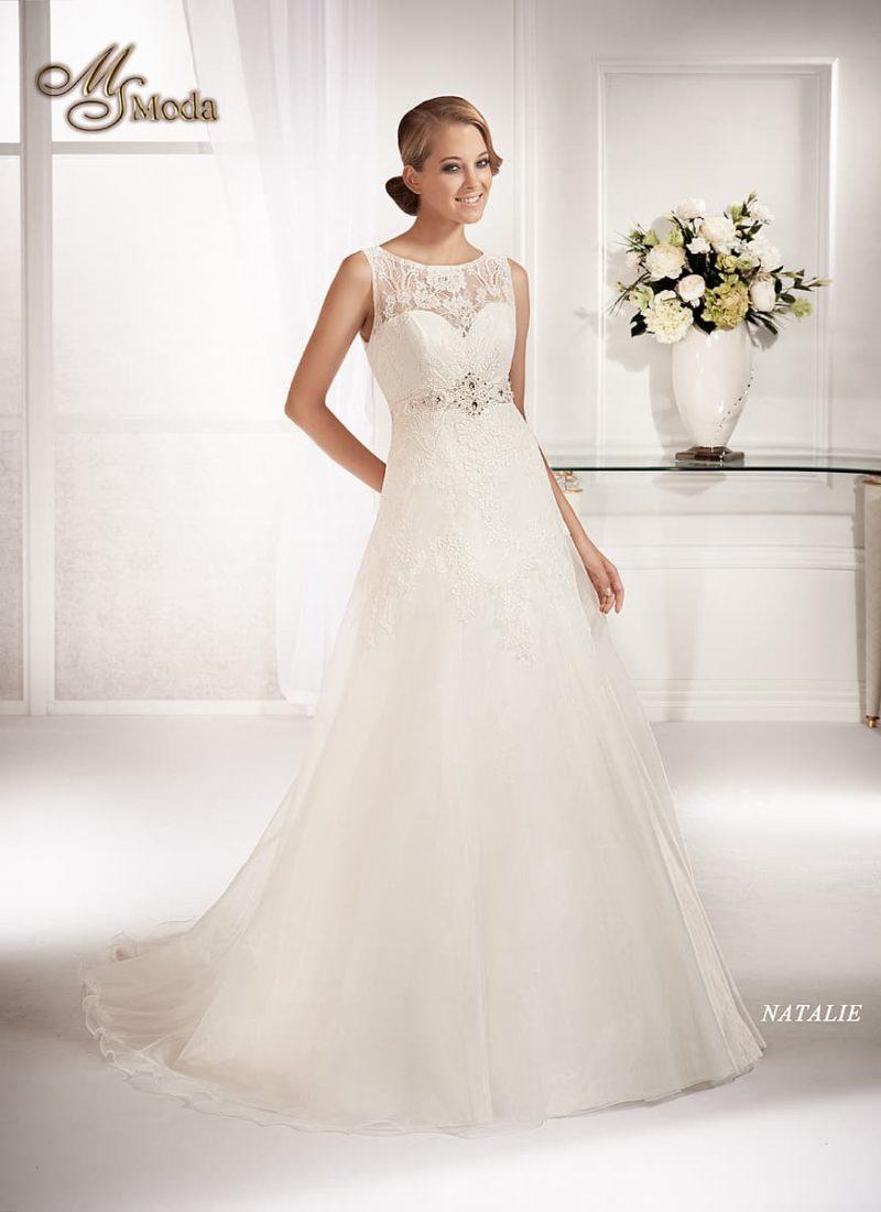 Закрытое свадебное платье силуэта «принцесса» с поясом, украшенным стразами.