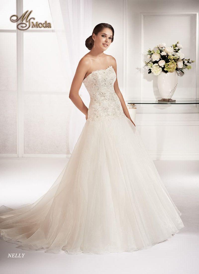 Изысканное свадебное платье силуэта «принцесса» с открытым кружевным корсетом.