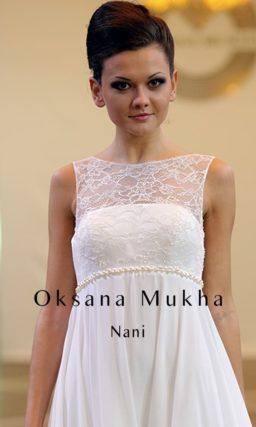 Прямое свадебное платье в ампирном стиле, с закрытым ажурной вставкой лифом.