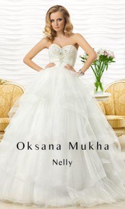 Свадебное платье с многоуровневой пышной юбкой и открытым корсетом с вышивкой.