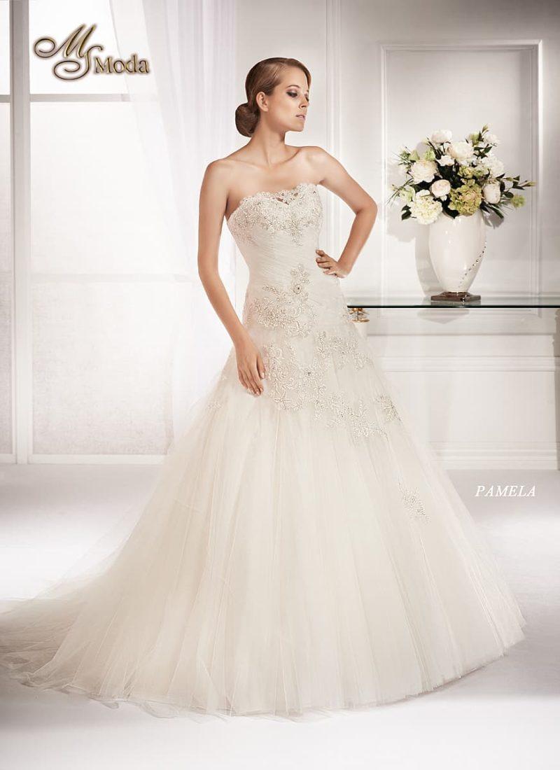 Стильное свадебное платье силуэта «принцесса» с романтичным кружевным декором.