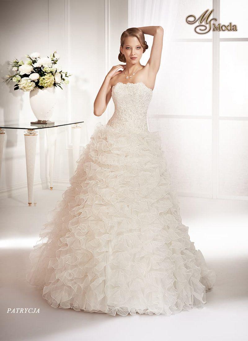 Пышное свадебное платье с роскошными оборками по всей длине подола.