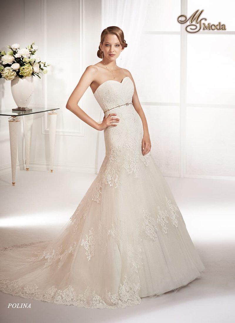 Открытое свадебное платье силуэта «принцесса» с заниженной талией и шлейфом.