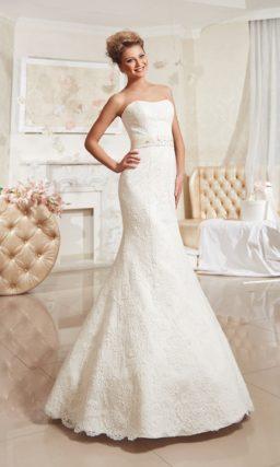 Закрытое свадебное платье с кружевным лифом и полупрозрачной верхней юбкой А-силуэта.