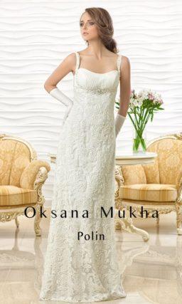 Свадебное платье с узкими бретелями над открытым лифом и кружевной юбкой прямого силуэта.