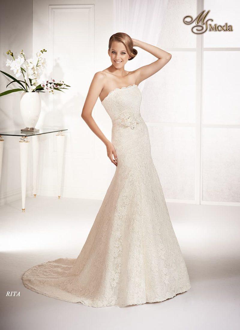 Открытое свадебное платье с силуэтом «рыбка» и нежной кружевной отделкой.