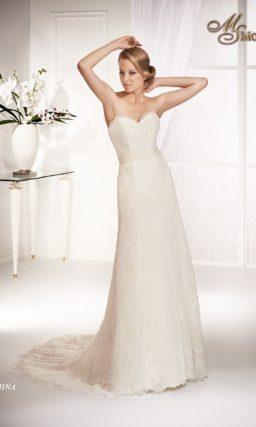 Прямое свадебное платье с открытым лифом в форме сердца и поясом с драпировками.