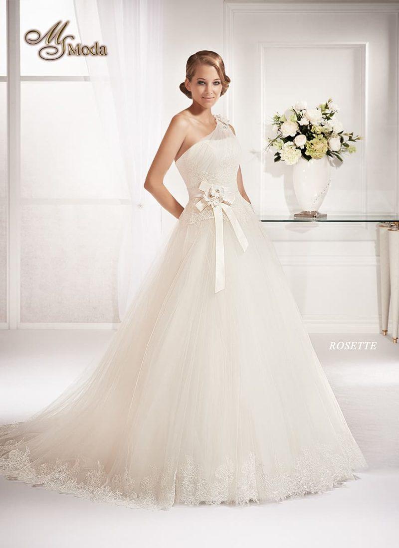 Нежное свадебное платье силуэта «принцесса» с асимметричным лифом и поясом из атласа.
