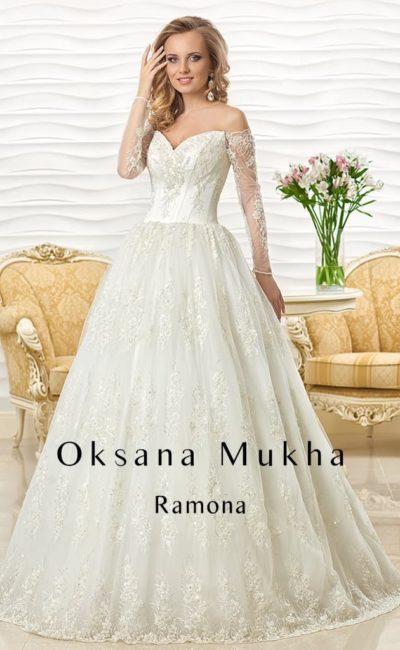 Кружевное свадебное платье с длинными рукавами и выразительным портретным декольте.