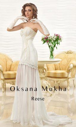 Открытое свадебное платье с кружевным лифом и полупрозрачной ниже коленей юбкой прямого кроя.