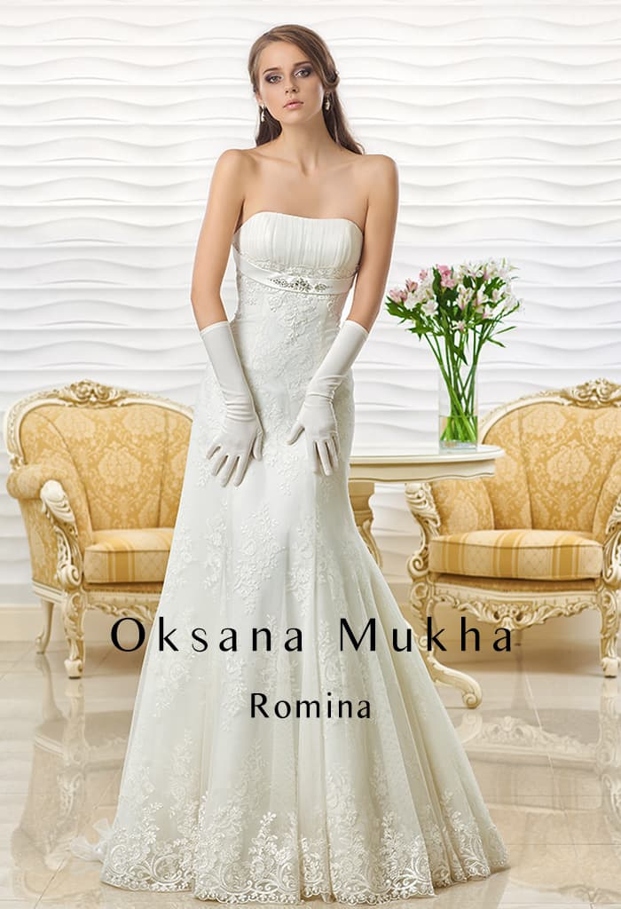 Открытое свадебное платье силуэта «рыбка» с узким поясом под лифом и кружевом на юбке.