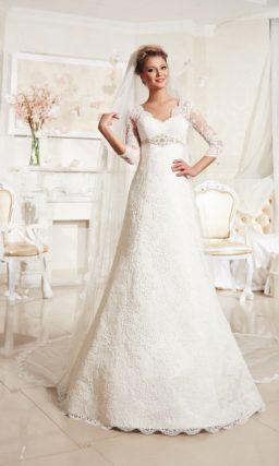 Свадебное платье «принцесса» с фигурным V-образным вырезом и длинным рукавом.