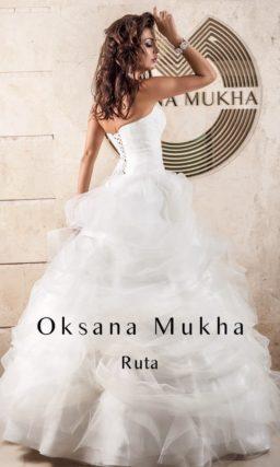 Пышное свадебное платье с задрапированной роскошными складками юбкой и открытым лифом.