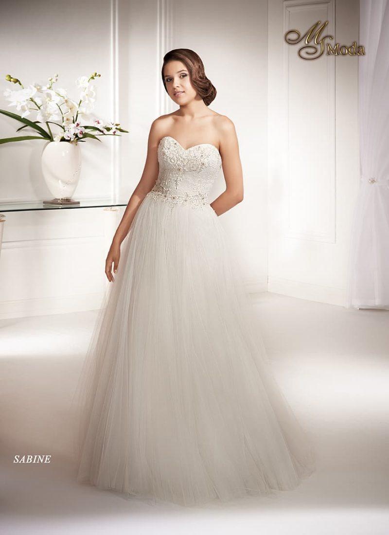 Романтичное свадебное платье «принцесса» с открытым корсетом и многослойной юбкой.