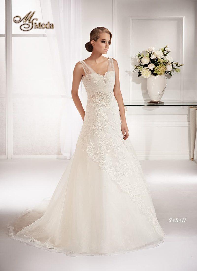 Изысканное свадебное платье с кружевным декором и полупрозрачными бретелями.
