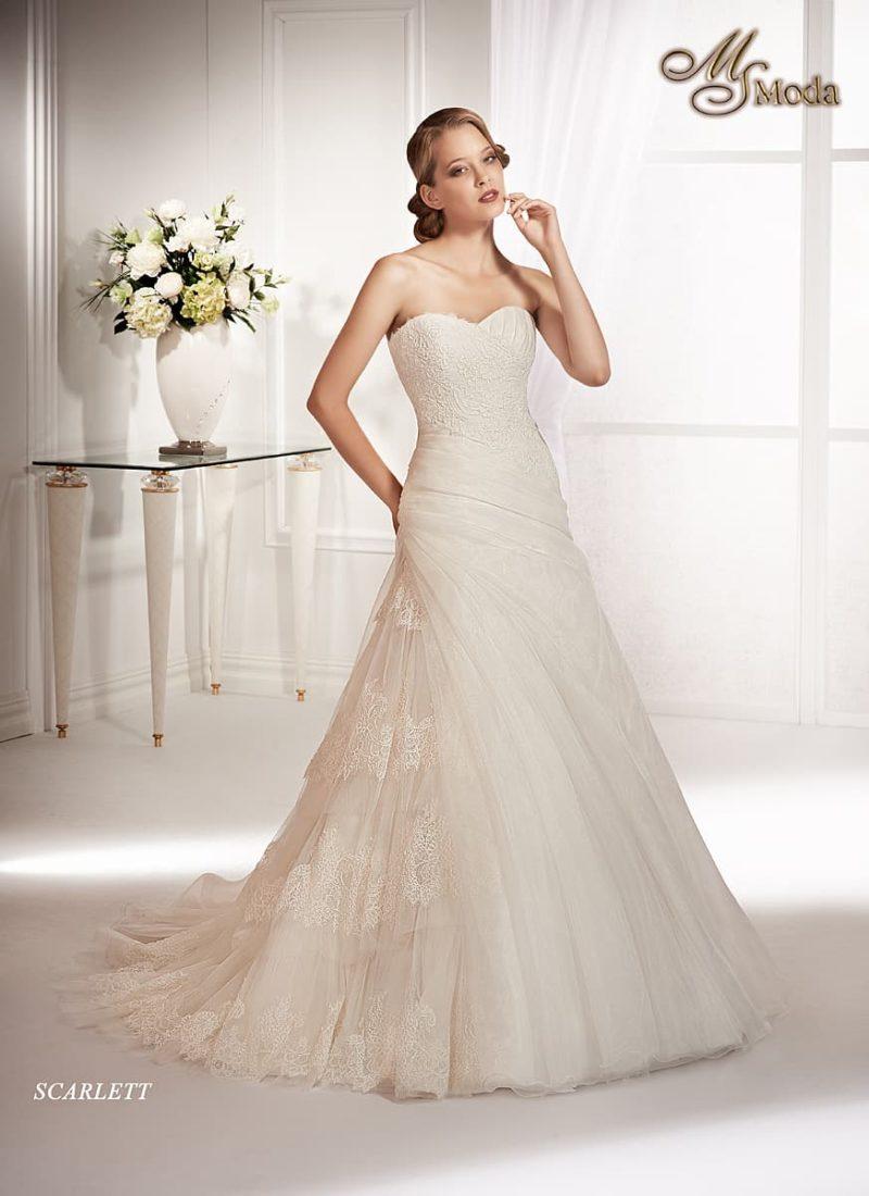 Свадебное платье «принцесса» с декором из фактурного кружева и небольшим шлейфом.