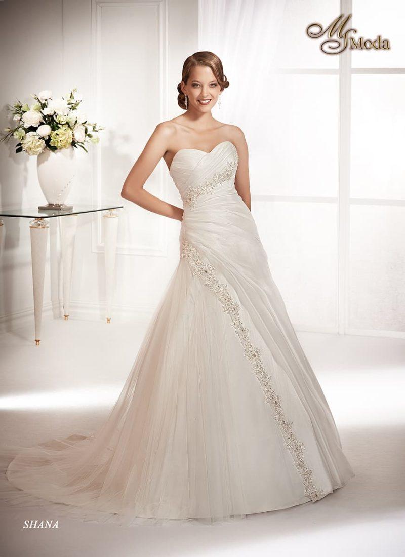 Открытое свадебное платье с силуэтом «принцесса» и отделкой из крупных драпировок с вышивкой.