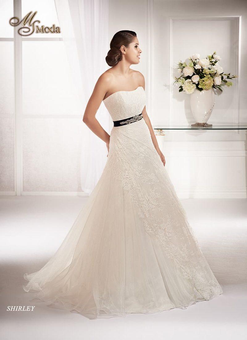 Ажурное свадебное платье силуэта «принцесса» с атласным поясом черного цвета.