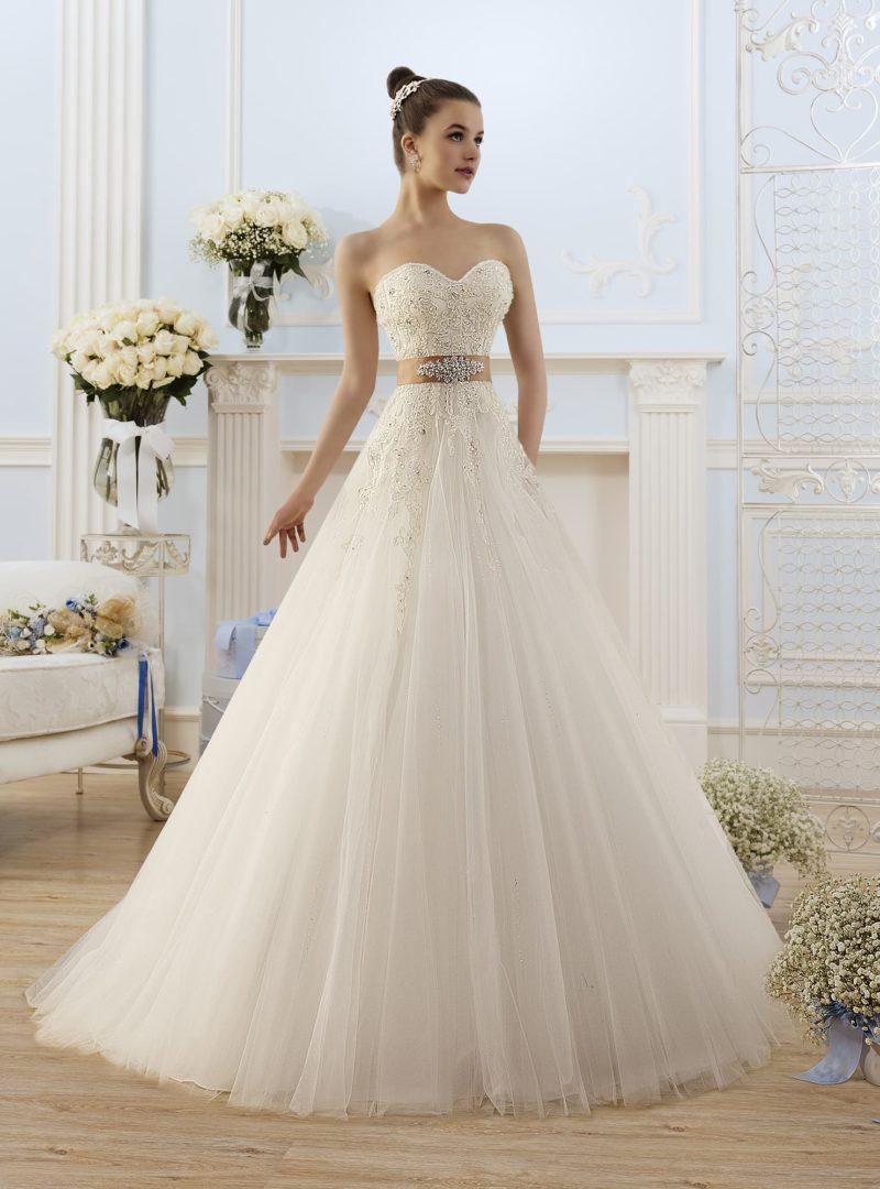 Открытое свадебное платье силуэта «принцесса» цвета слоновой кости с золотистым поясом.