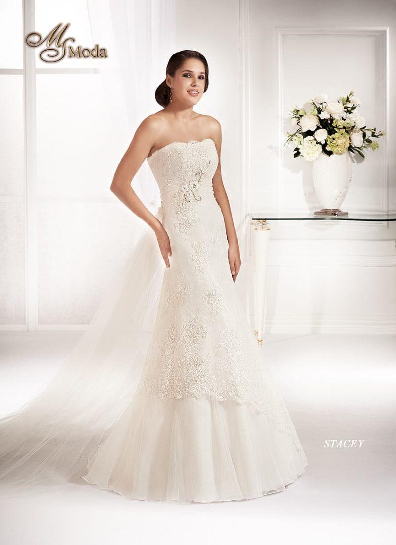 Открытое свадебное платье силуэта «рыбка» с декором из фактурного кружева.