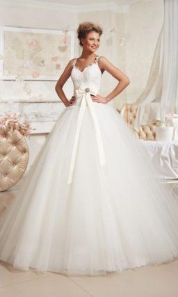 Пышное свадебное платье с кружевным лифом и цветным поясом из атласной ткани.